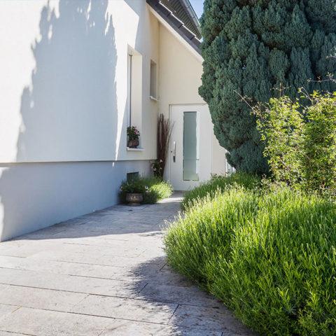 Gepflasterte Einfahrt mit Grünbereich